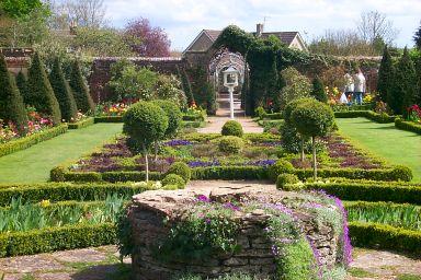 تعلم كيف تحول حديقتك الى malmesbury-garden.jpg